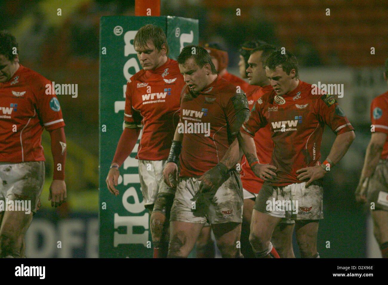 19.01.08. Scarlets v Clermont Auvergne. Un equipo Scarlets desanimado mire como Clermont avanzar. Imagen De Stock