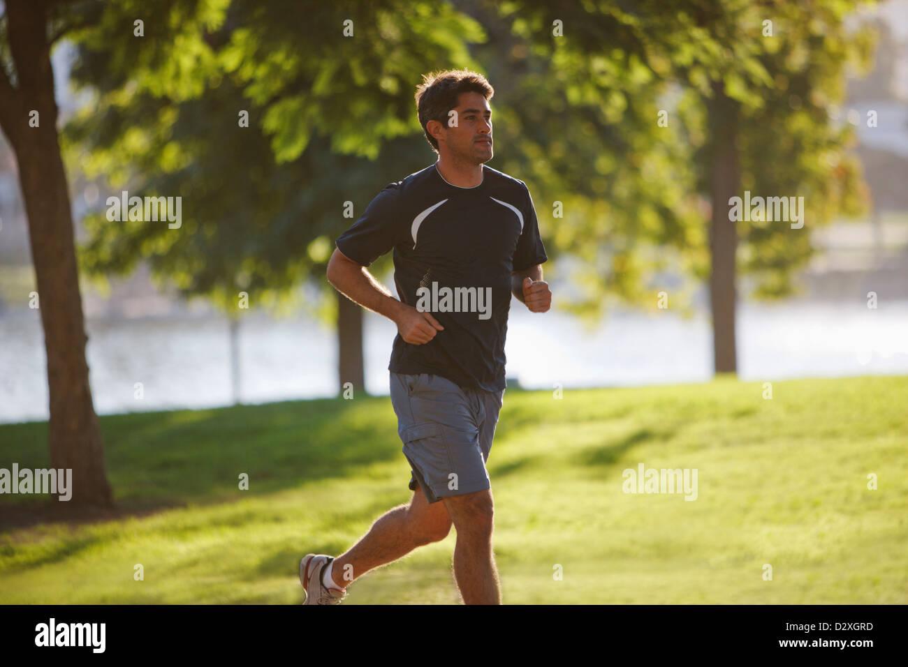 Hombre jogging en el parque Imagen De Stock