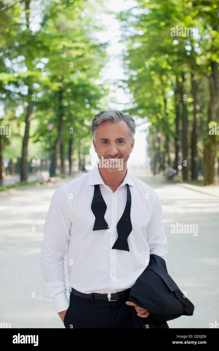 Retrato del hombre bien vestido en estacionamiento Imagen De Stock
