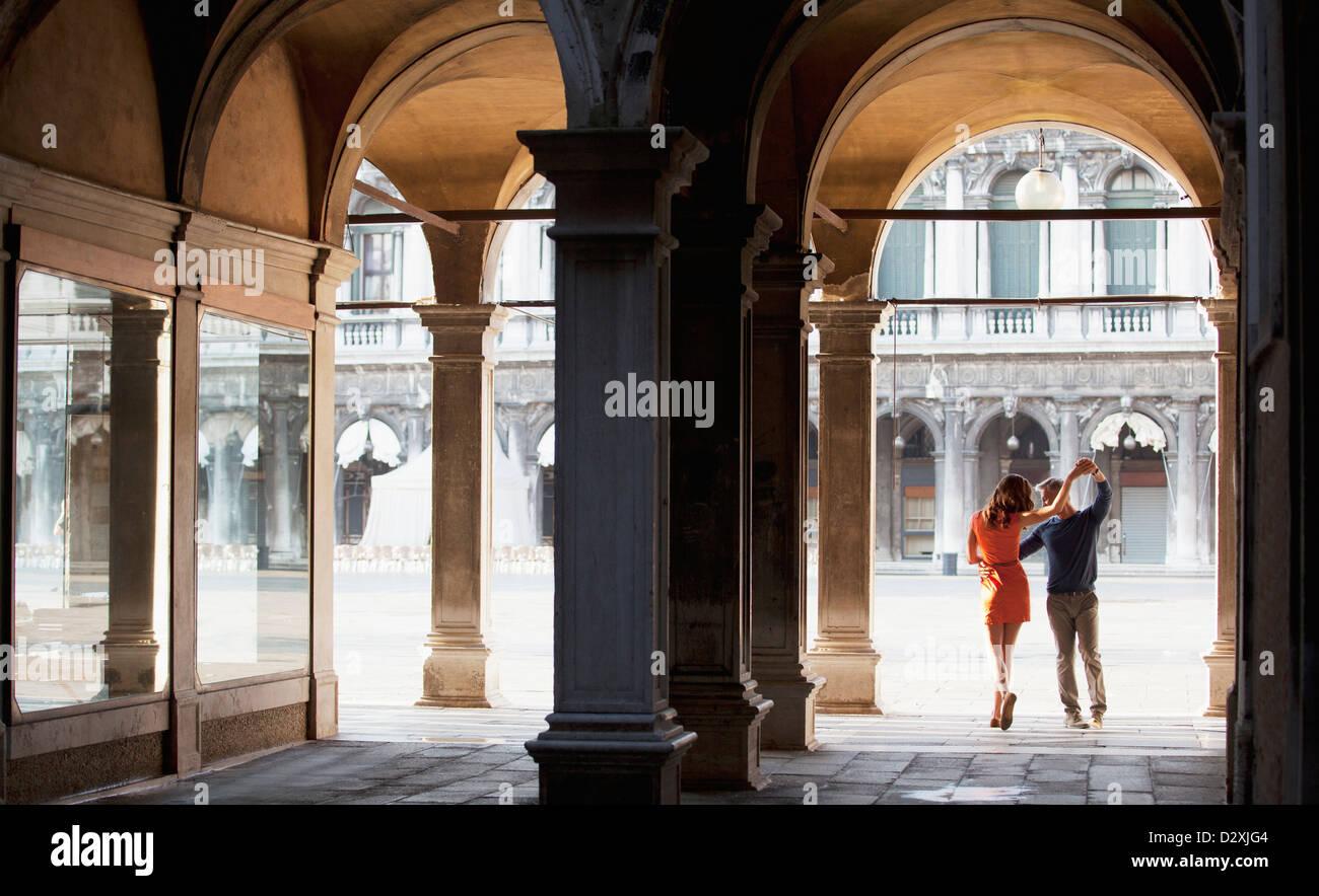 Pareja de bailarines en arco en Venecia. Foto de stock