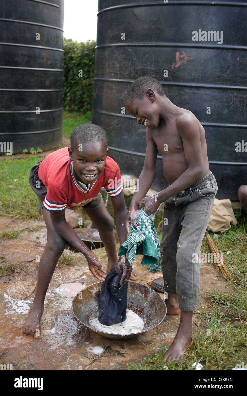 Kenya don boscos hogar para niños lavando ropa para niños 20111001 África subsahariana educación Imagen De Stock