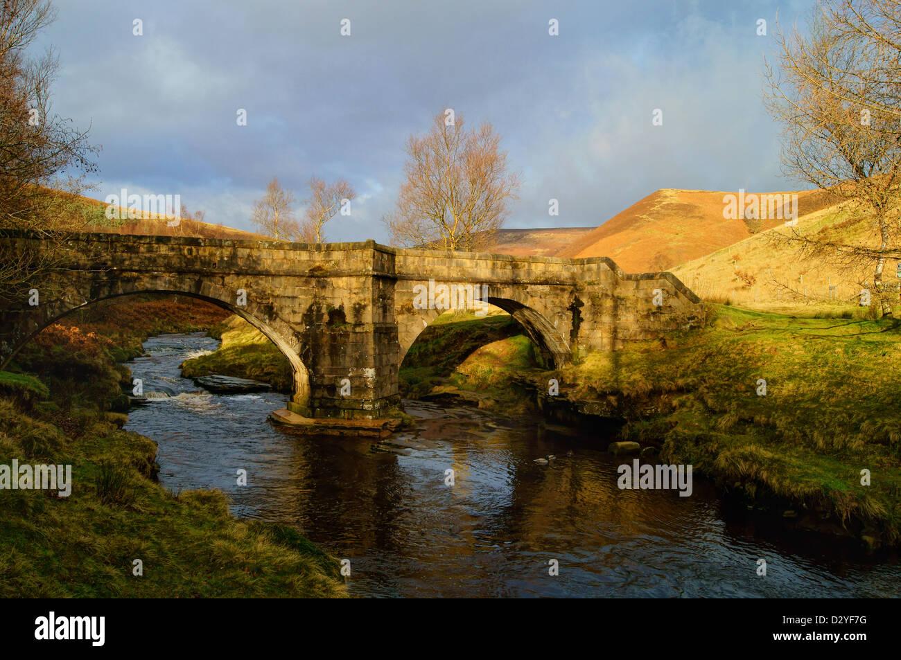 Resbaladizas piedras puente sobre el río Derwent, cerca del depósito de Howden,Peak District,Derbyshire Imagen De Stock