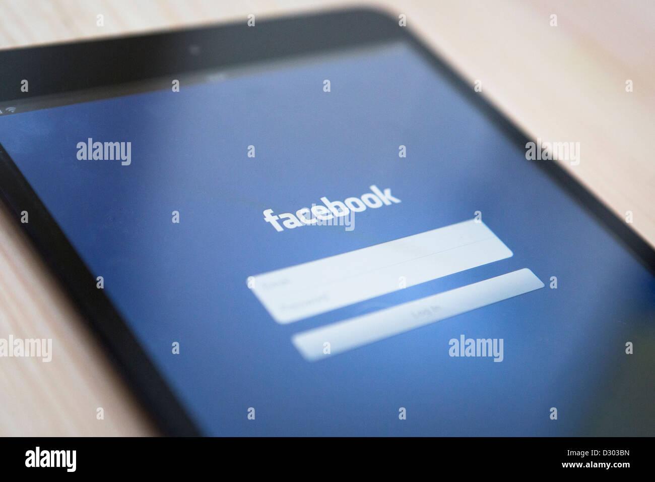 Vista de la página de inicio de facebook en un ipad mini. Imagen De Stock