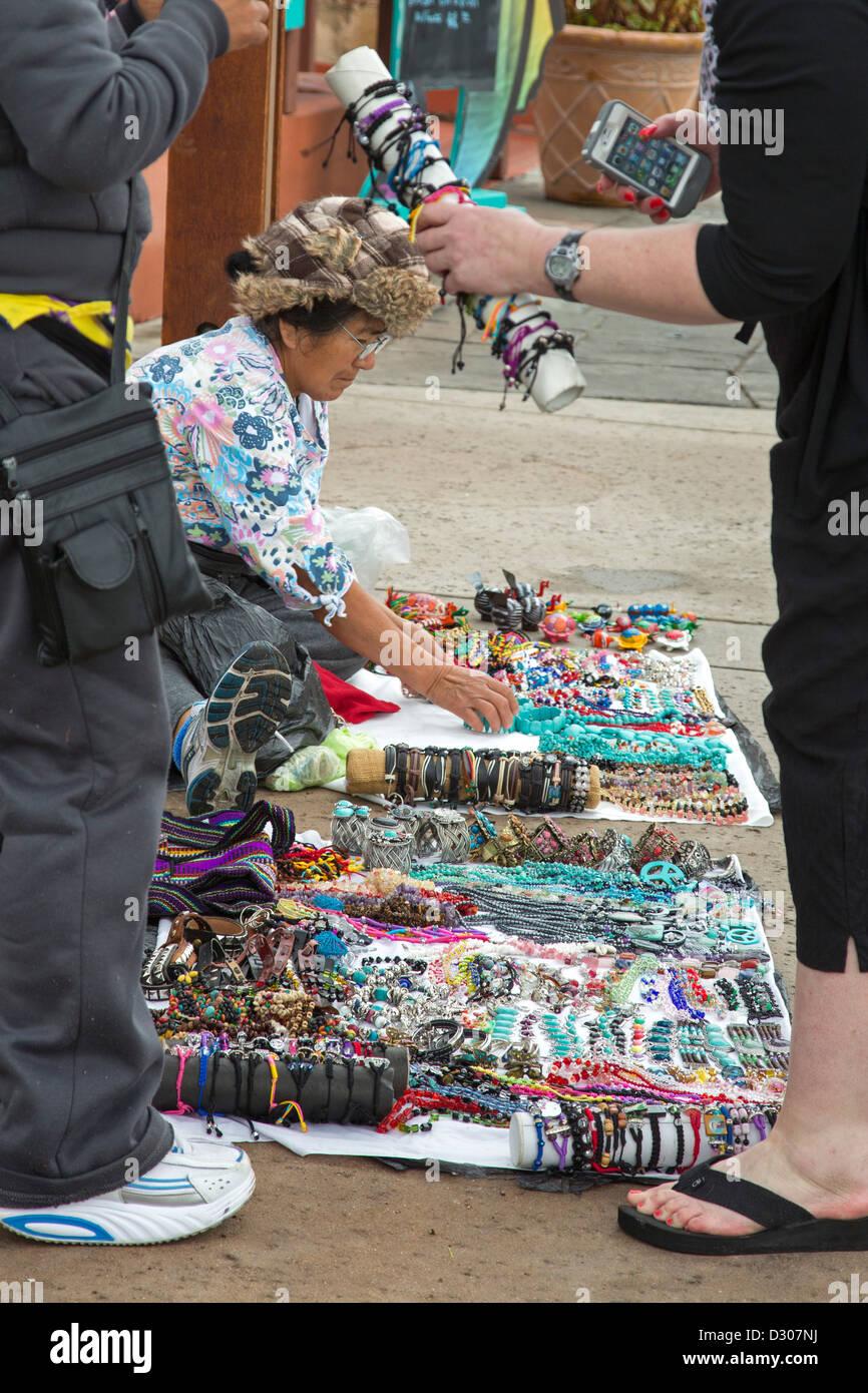 San Diego, California - los vendedores ambulantes venden joyas a turistas en la acera a Seaport Village, en el centro Imagen De Stock
