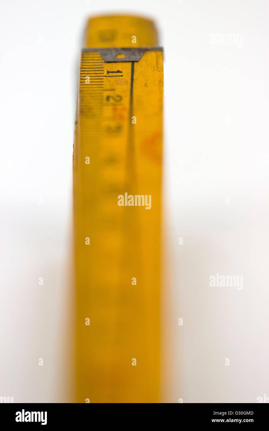 Número 1 en un metro de madera, objeto aislado Foto de stock