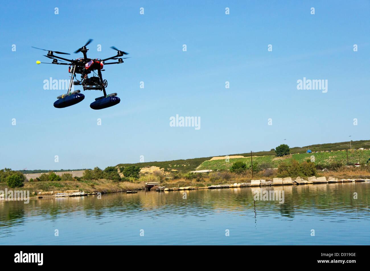 Zumbido o vehículo aéreo no tripulado (UAV) utilizado para fotografía / filmación volando por Imagen De Stock