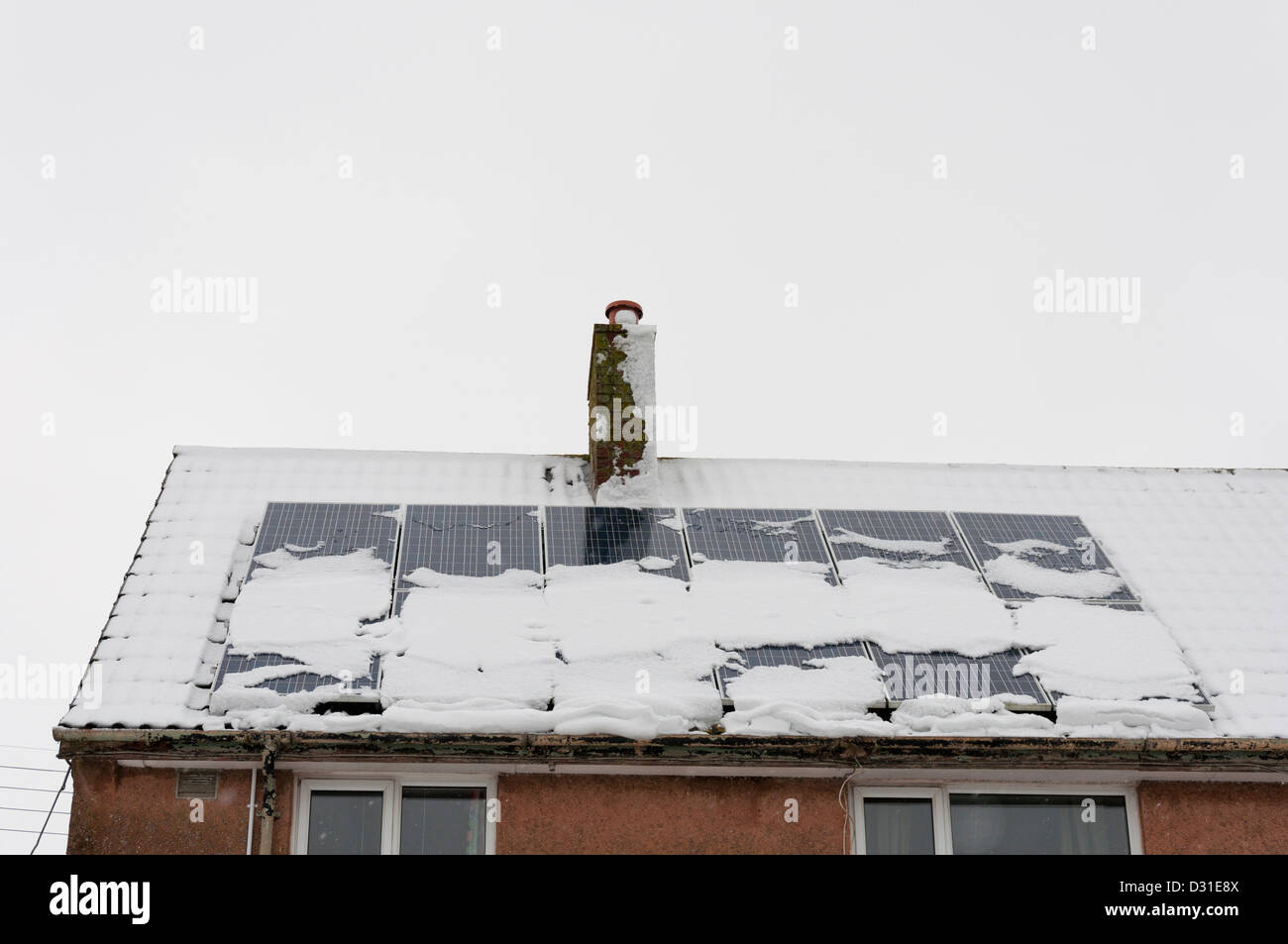 Paneles solares en un tejado cubierto de nieve. Imagen De Stock