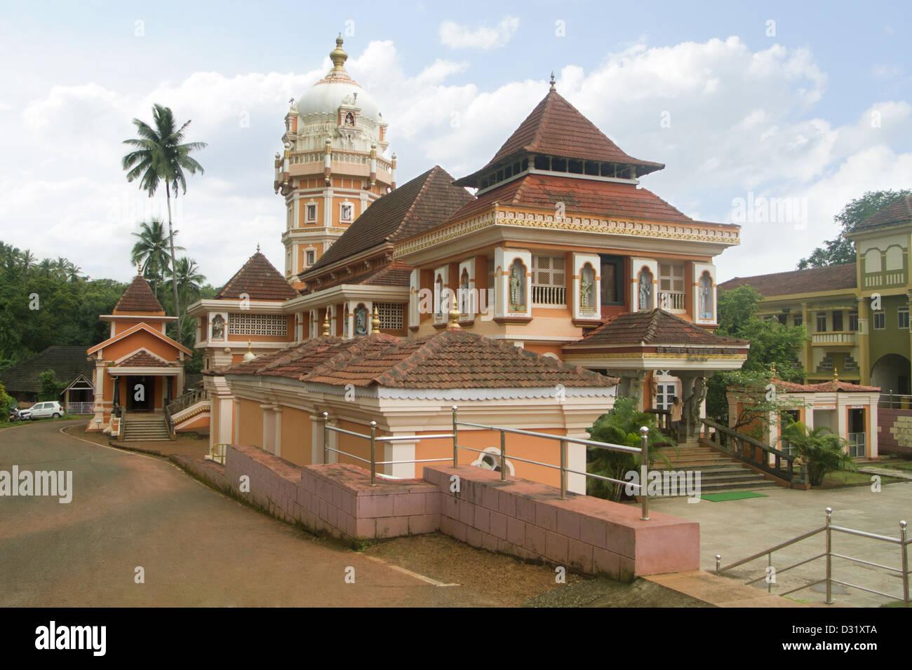 Shri Devi Templo Shantadurga, a 33 km de Panaji en el piedemonte de la aldea de Ponda Taluka Kavalem, Goa, India Foto de stock