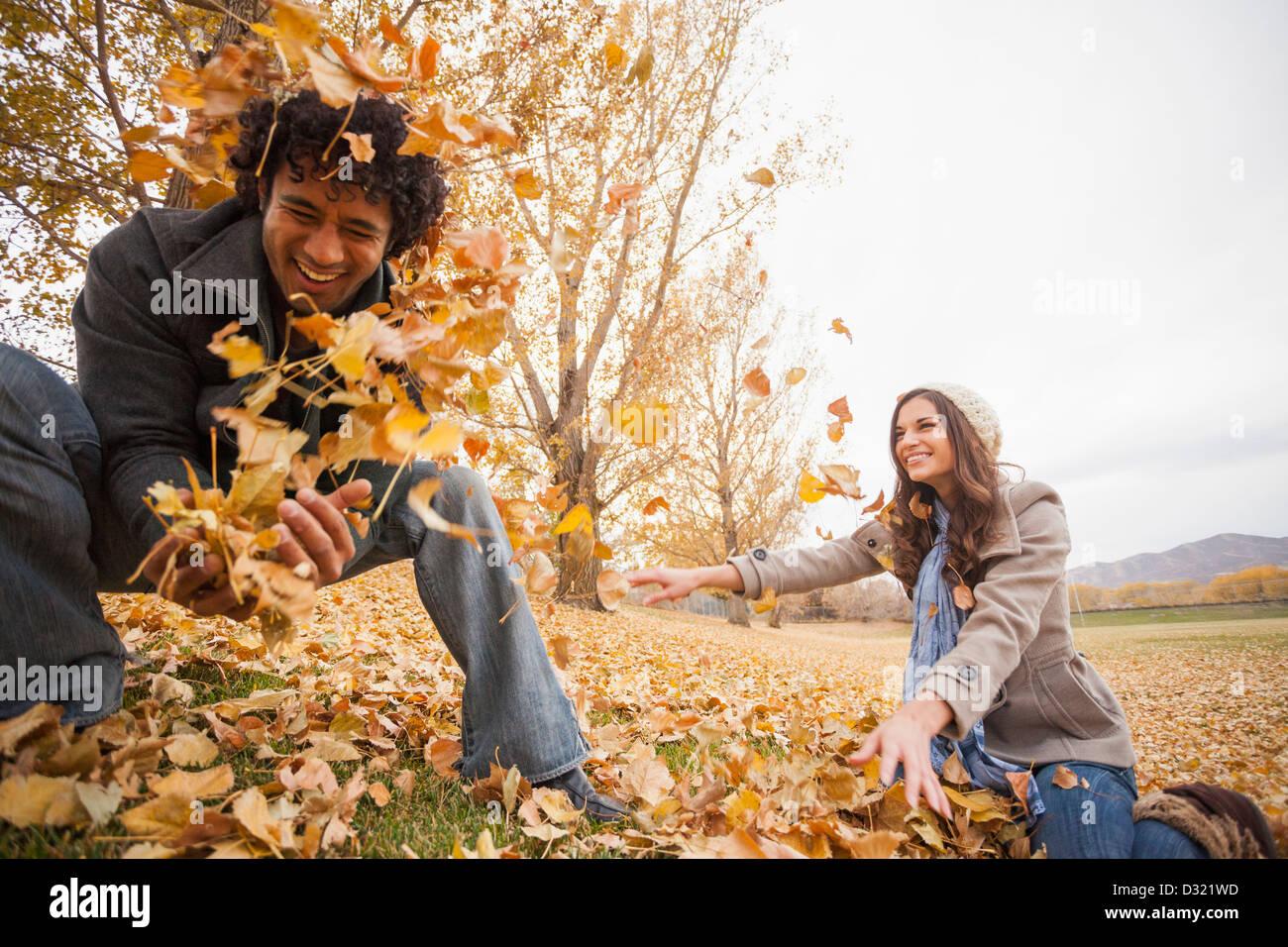 Par jugar en hojas de otoño Foto de stock