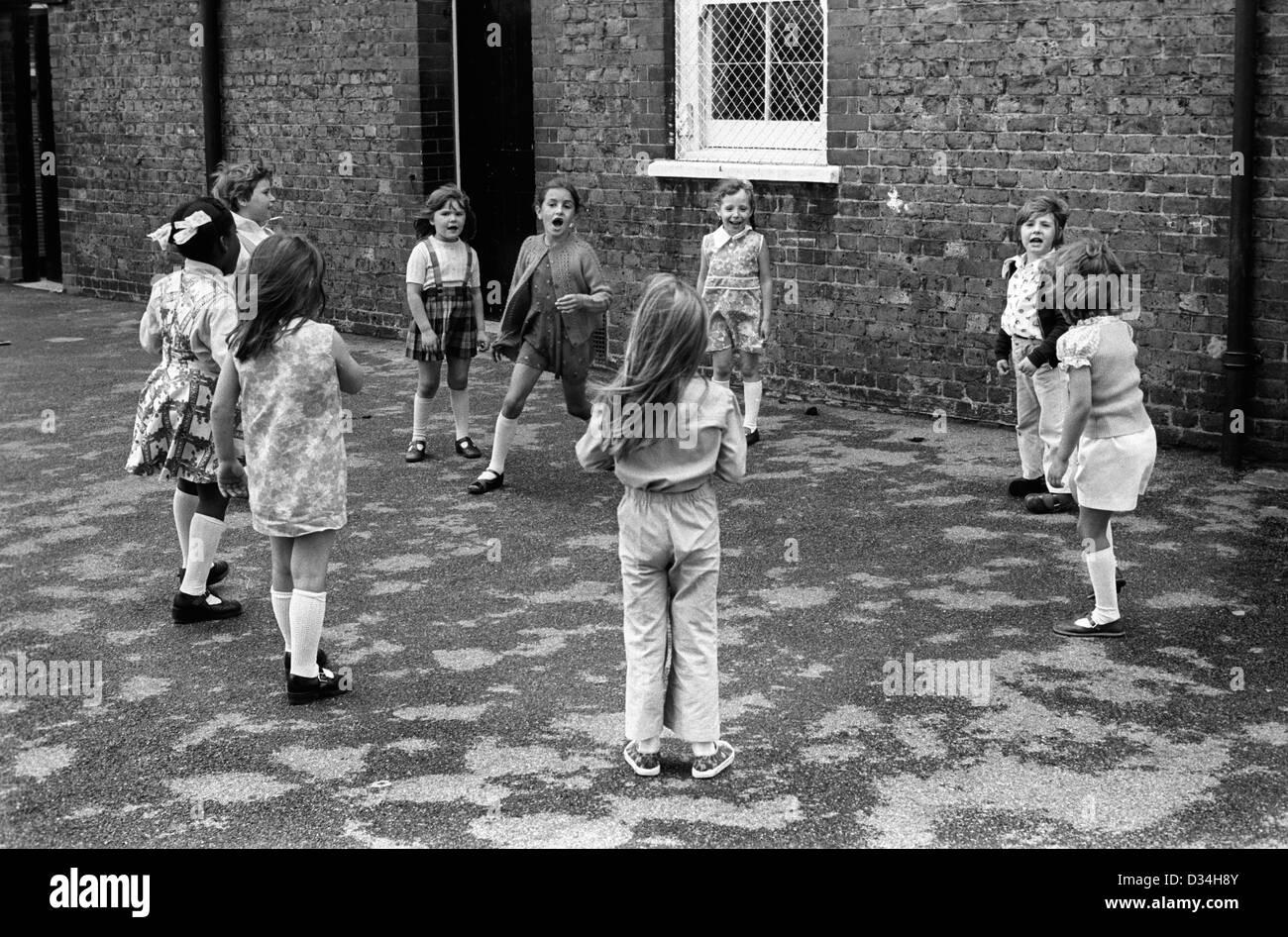 Scholl primaria infantil. Las niñas jugando juntos. El sur de Londres. 1970 Gran Bretaña. Mi ref 23a/1036/ Imagen De Stock