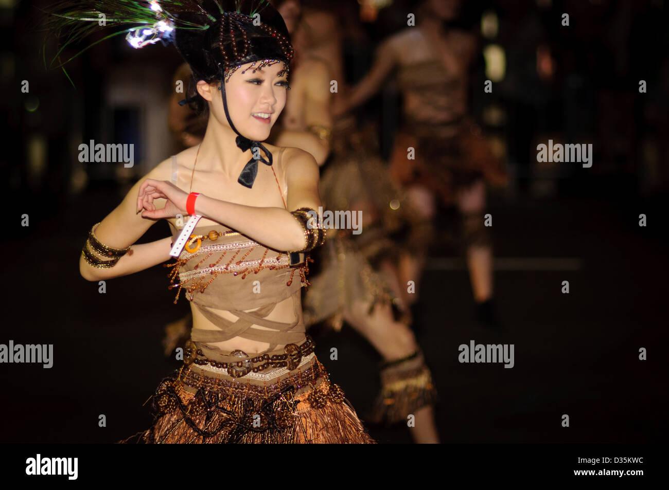 Las minorías étnicas chinas bailarín - bailando en un desfile mientras ataviados con sus trajes tradicionales. Foto de stock
