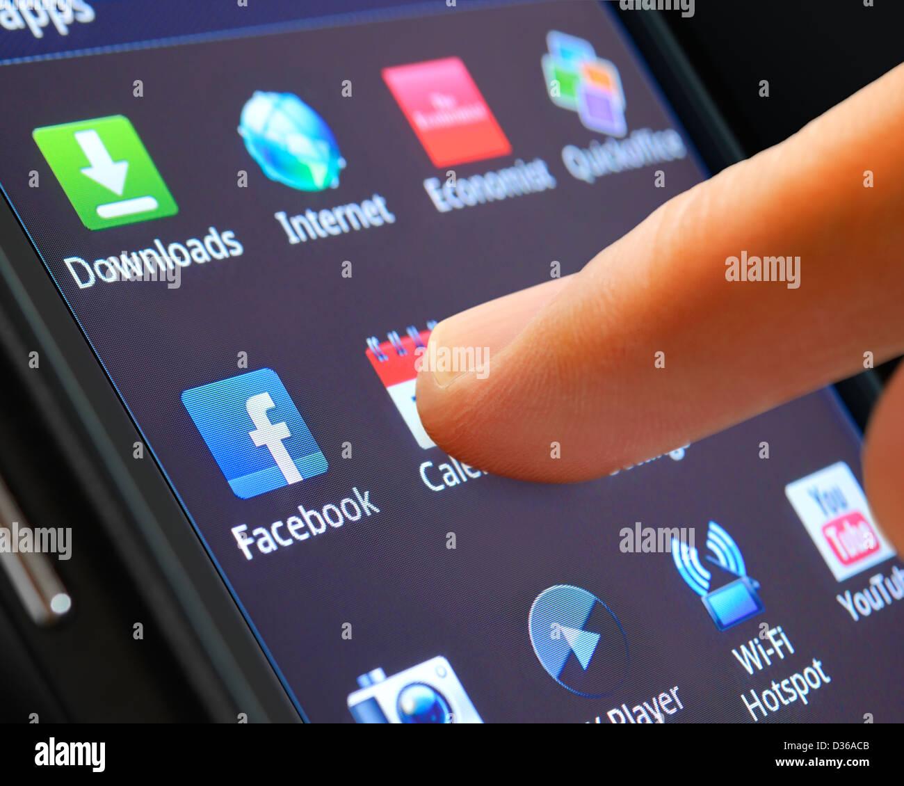 Aplicación Smartphone está seleccionado en una pantalla táctil, de cerca. Imagen De Stock