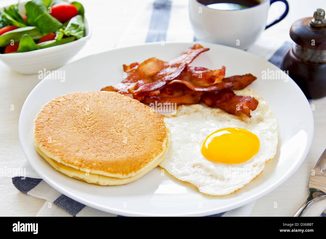 Panqueques Con Tocino Huevo Frito Y Ensalada De Espinacas Fotografía De Stock Alamy