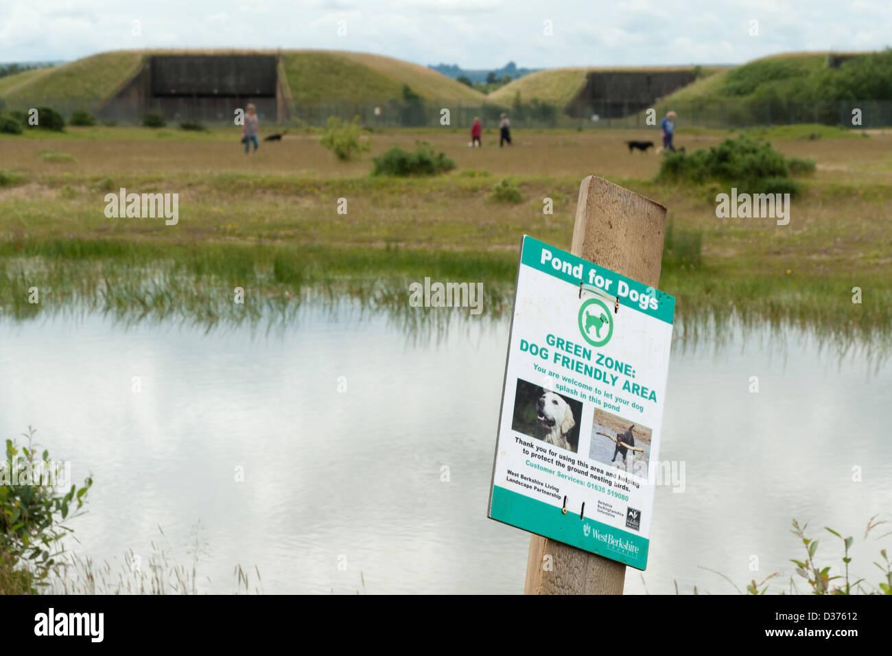Restauración ambiental de Greenham Common: Estanque para perros señal; paseadores de perros y viejos silos Imagen De Stock