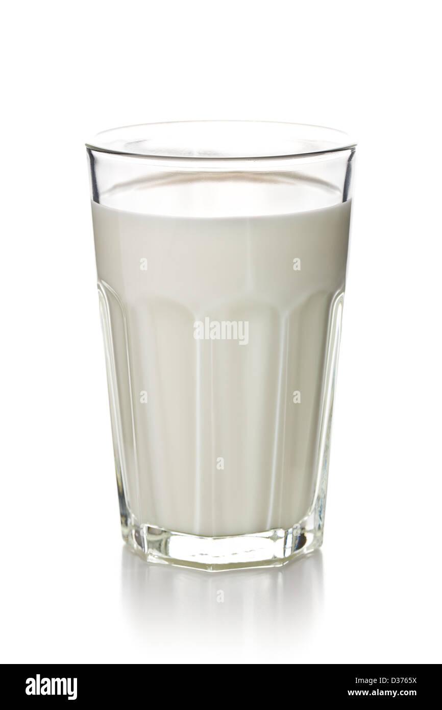 Vaso de leche sobre fondo blanco. Imagen De Stock