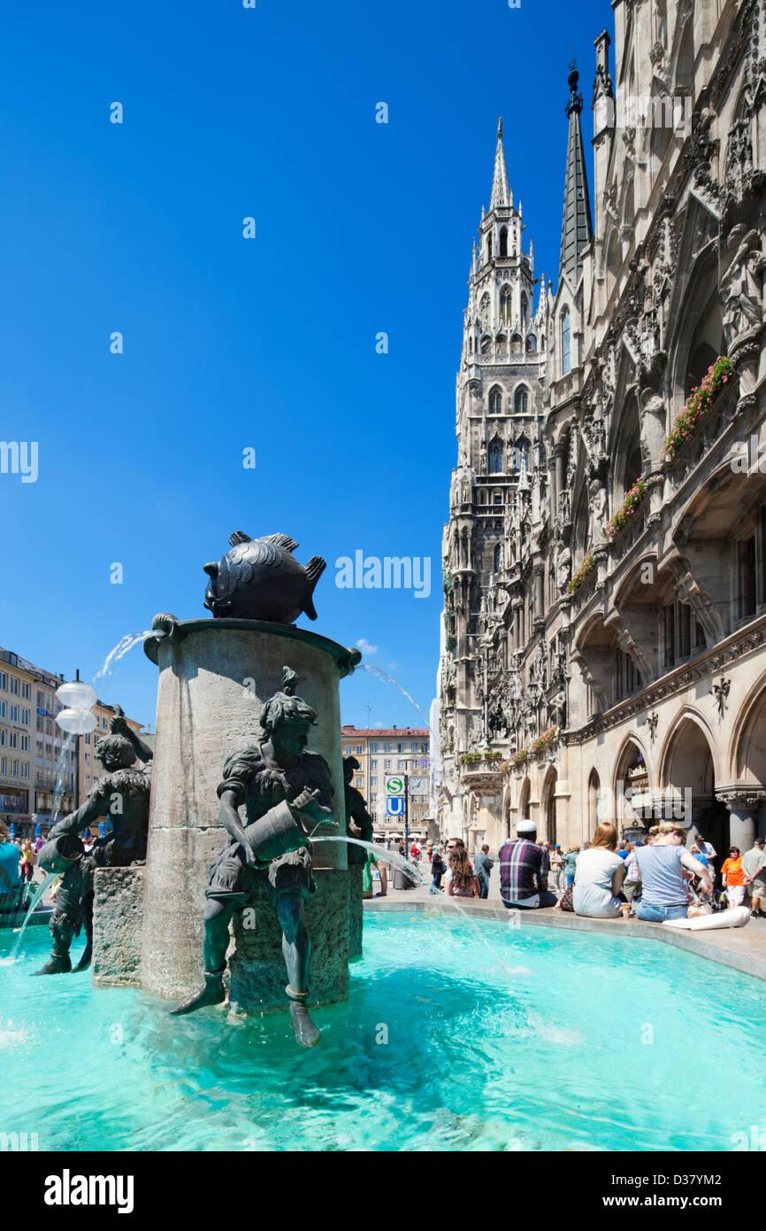 Fuente de pescado y el Neues Rathaus en Marienplatz, Munich, Baviera, Alemania Imagen De Stock