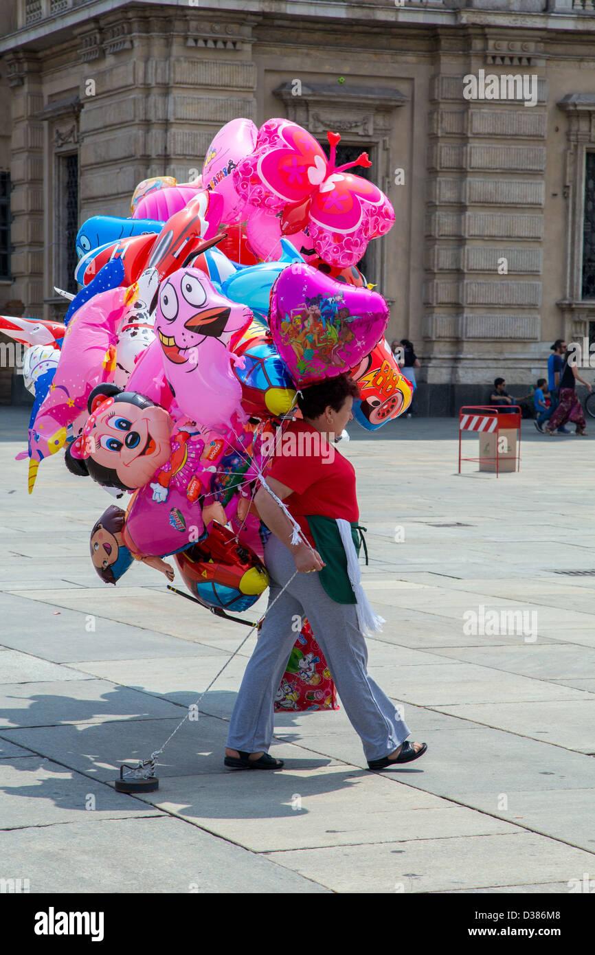 Mujer con coloridos globos de novedad en Turín, Italia Imagen De Stock