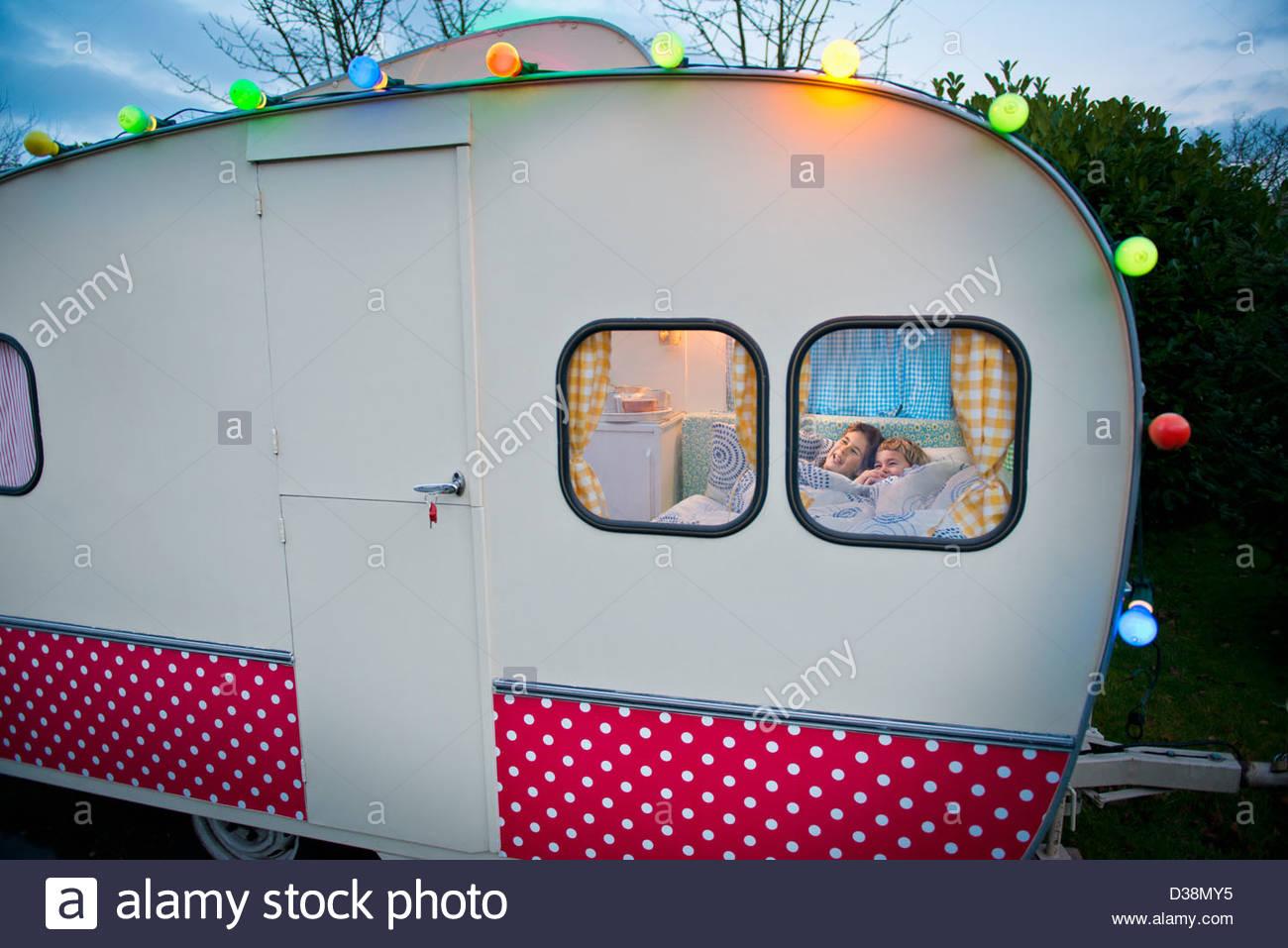 Los niños en la cama relax en camper Imagen De Stock