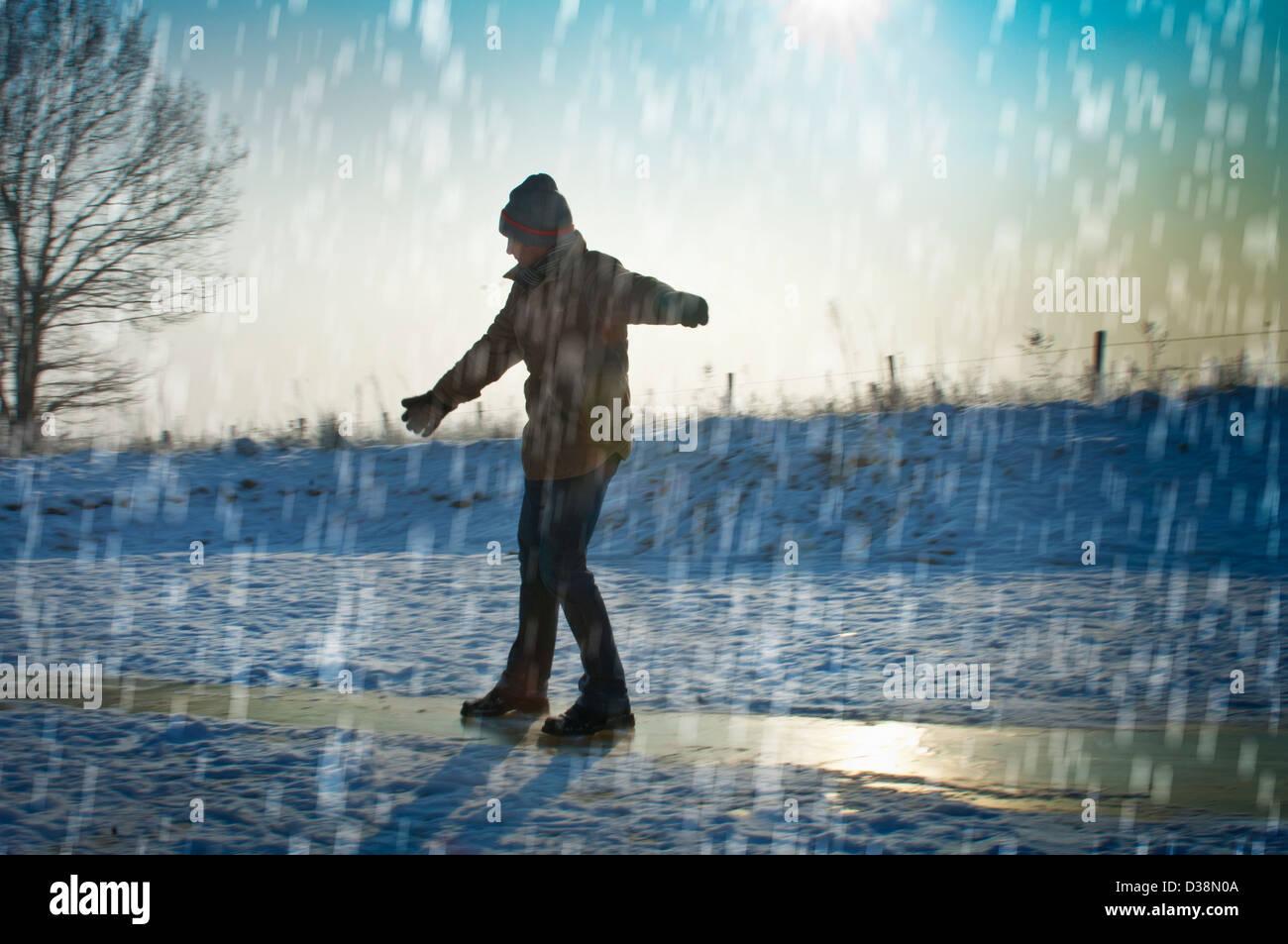 Hombre jugando en la nieve Imagen De Stock