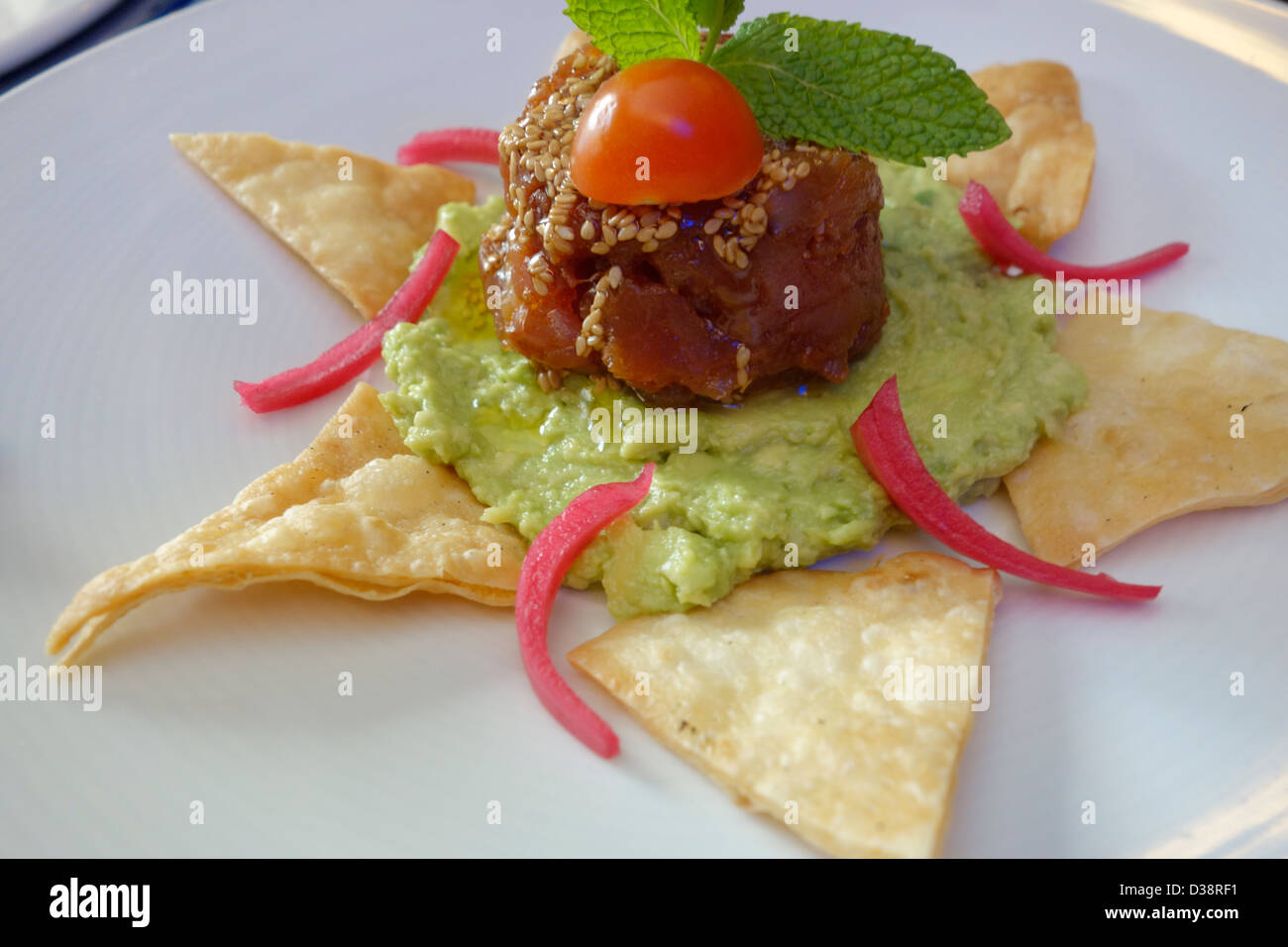 Tapa de atún tortilla de guacamole comida mexicana Madrid España Imagen De Stock