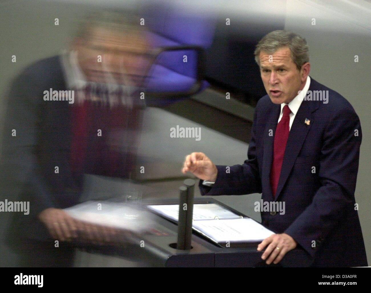 """(Dpa) - El presidente de EEUU, George W. Bush, pronuncia su discurso en el parlamento alemán, el Bundestag, en Berlín, el 23 de mayo de 2002. Llamó a una aparición conjunta europea contra los """"enemigos de la libertad"""". Bush llegó en una visita de una semana a Europa, Alemania, siendo su primera parada. Foto de stock"""
