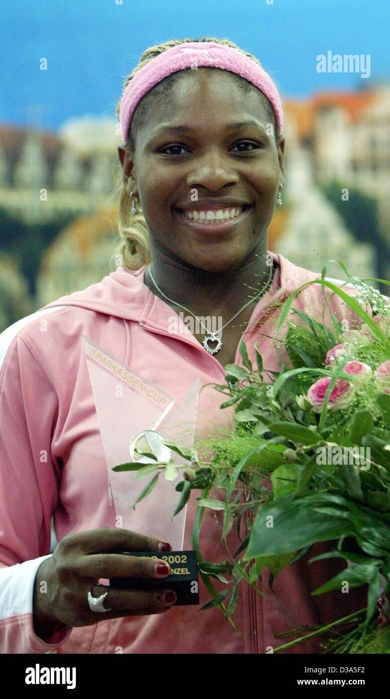 (Dpa) - La tenista estadounidense Serena Williams brilla con su trofeo después de ganar el partido de la final del 13º Torneo Internacional WTA Sparkassen Cup en Leipzig, Alemania, el 29 de septiembre de 2002. Ella derrotó a Anastasia Myskina 6:3 y 6:2. Foto de stock