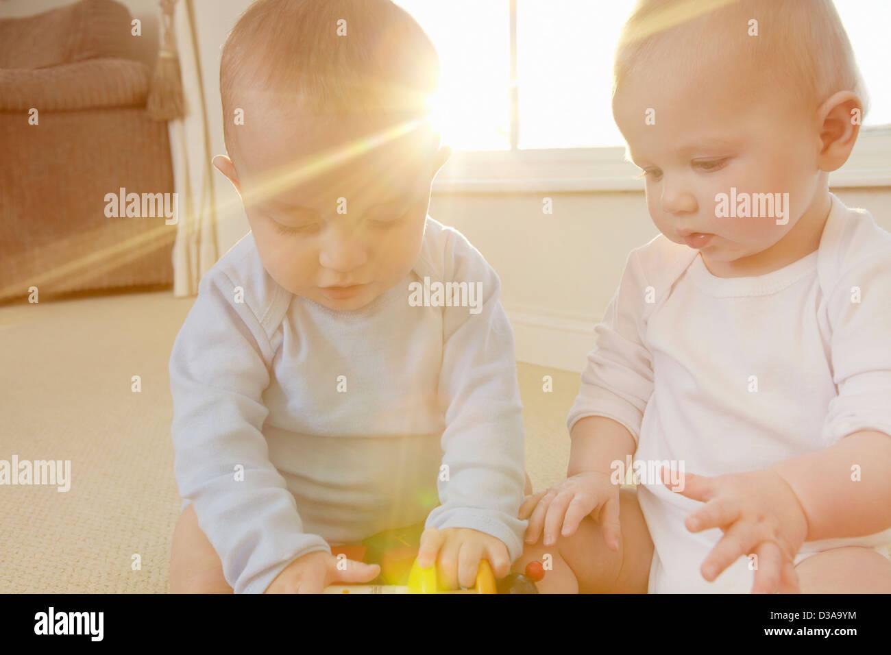 Los bebés jugando con los juguetes Foto de stock