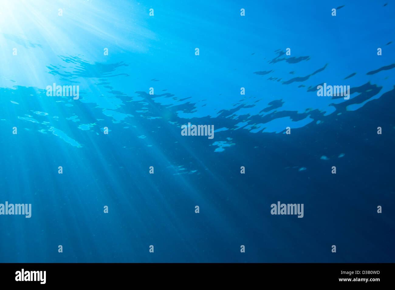 Transmisión de la luz solar a través de la superficie del océano Pacífico. Imagen De Stock