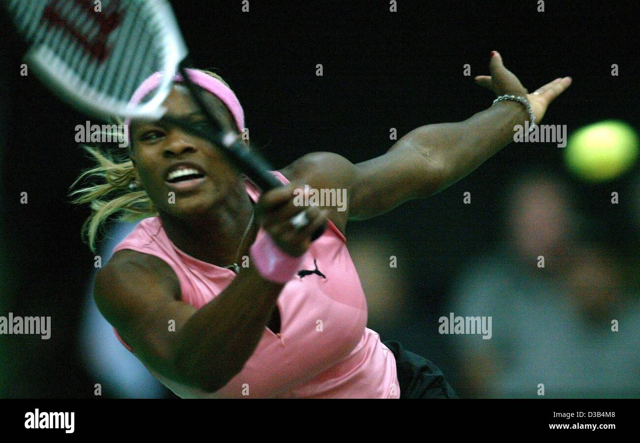 (Dpa) - La tenista estadounidense Serena Williams golpea un escrito durante la semi final del 13º Torneo Internacional WTA Sparkassen Cup en Leipzig, Alemania, el 28 de septiembre de 2002. Ella gana 6:4 y 6:2 contra la belga Justine Henin. Foto de stock