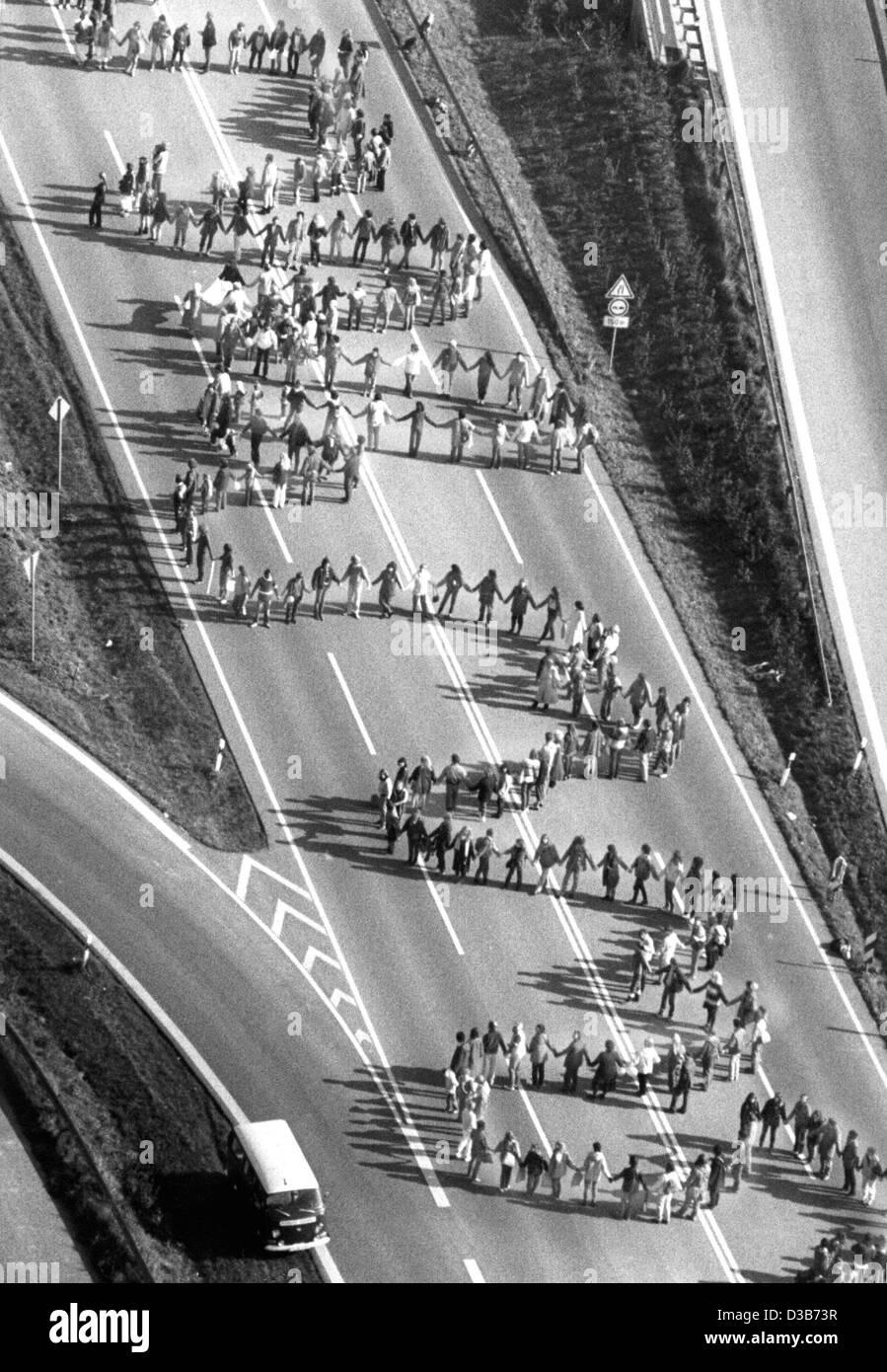 Los archivos de datos (DPA) - Una vista aérea muestra una línea de paz a los manifestantes, que protestaban Imagen De Stock