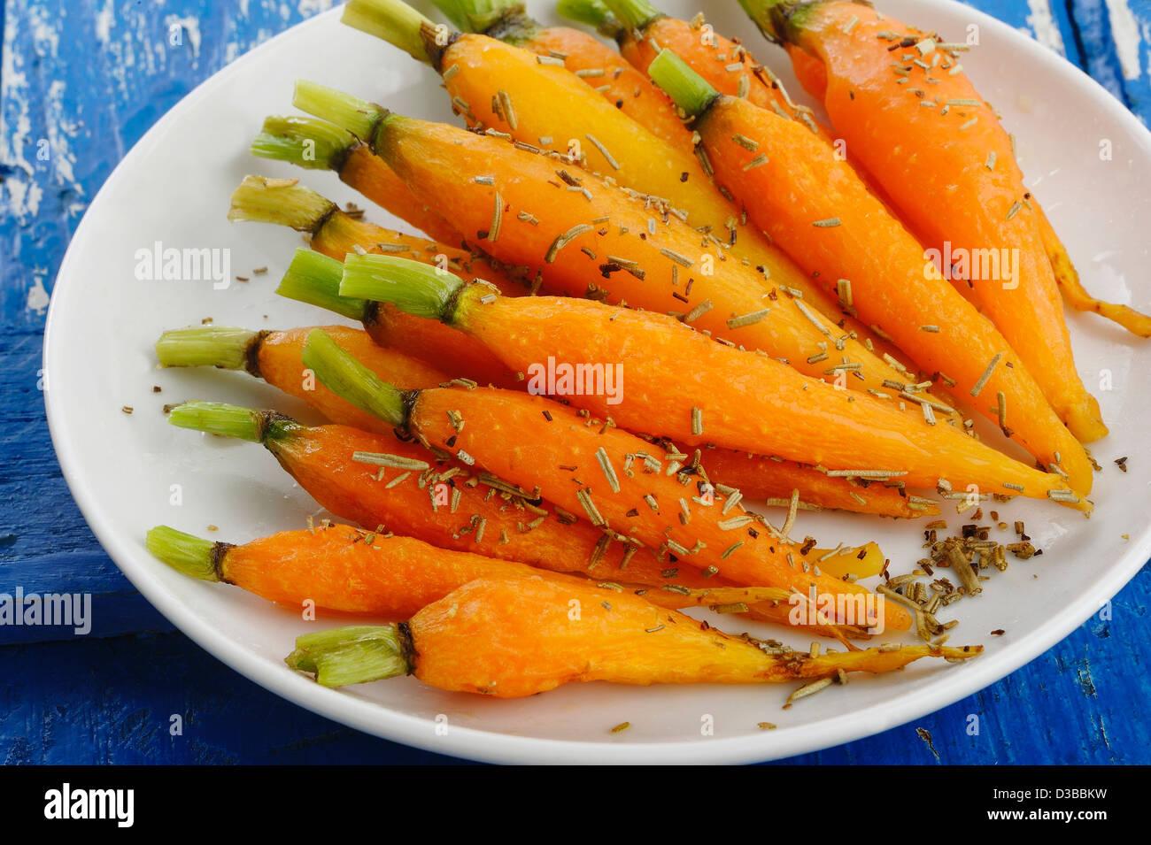 Baby Zanahoria Cocida Con Romero Fotografia De Stock Alamy De la zanahoria suele decirse que ayuda a broncear la piel y que es buena para la vista, pero más allá de al vapor, hervida, cruda, cocida, licuada o simplemente fresca y a bocados, la zanahoria forma. alamy