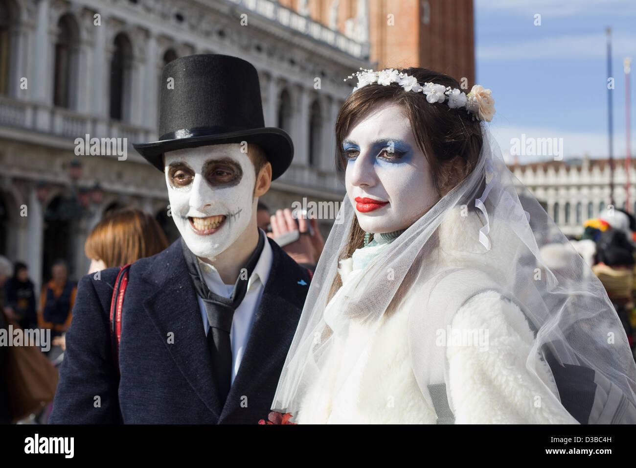 La novia y el novio en disfraces para el Carnaval de Venecia Venecia Italia Foto de stock