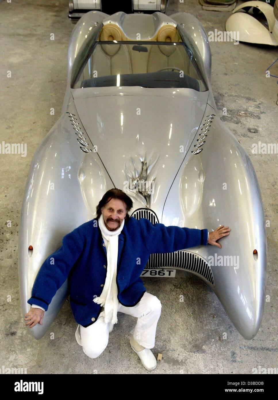 (Dpa) - Diseñador Industrial Luigi Colani es orgullosamente posando con un Horch Colani C1 coche (500 hp, V8) Imagen De Stock