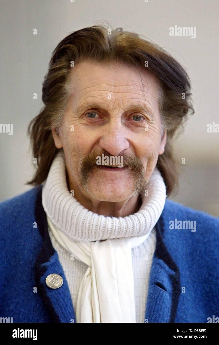 (Dpa) - Diseñador Industrial Luigi Colani, retratada en su taller en Karlsruhe, Alemania, 13 de enero de 2003. Imagen De Stock