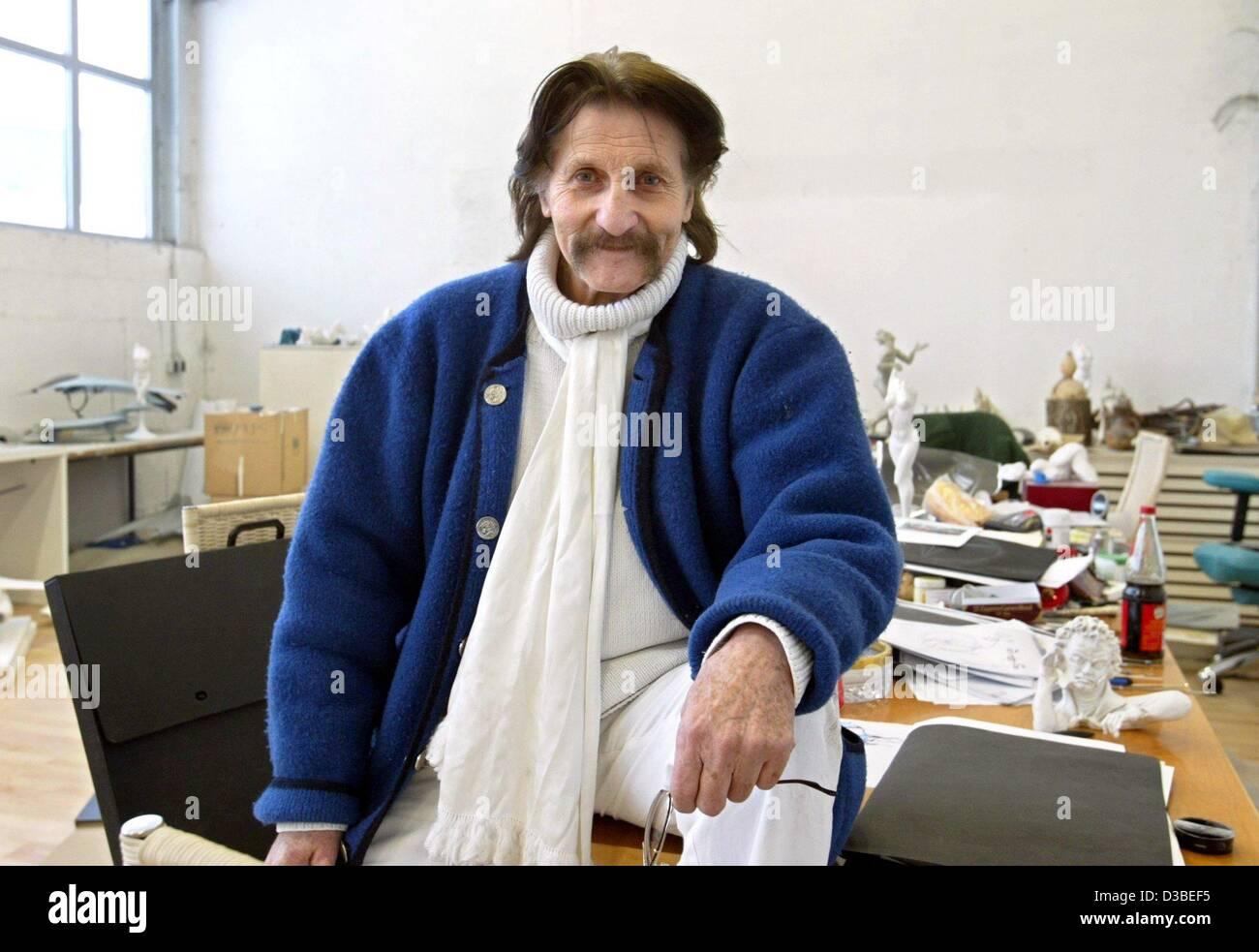 (Dpa) - Diseñador Industrial Luigi Colani es posando en su taller en Karlsruhe, Alemania, 13 de enero de 2003. Imagen De Stock