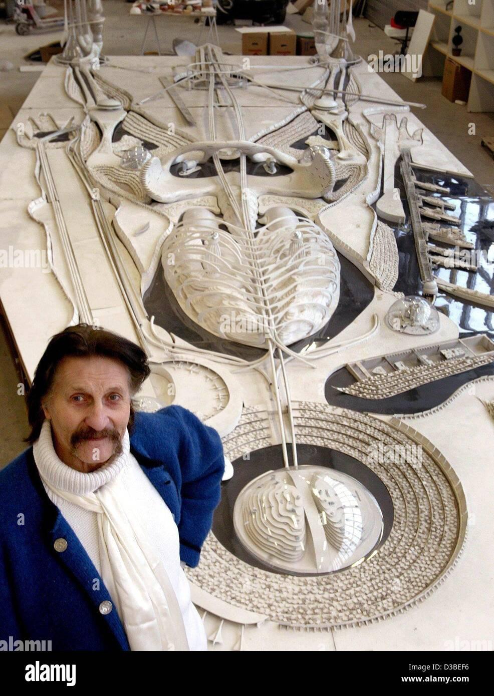 (Dpa) - Diseñador Industrial Luigi Colani es mostrar un modelo de un proyecto de arquitectura que se realiza Imagen De Stock