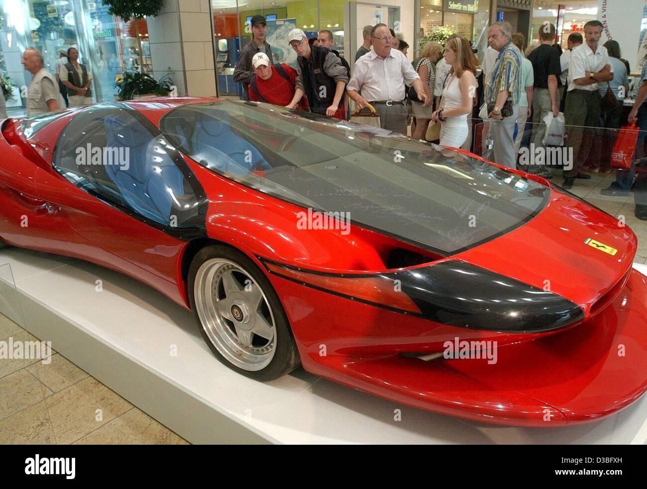 (Dpa) - Los visitantes maravillarse con un Ferrari por el diseñador Luigi Colani diseño expuesto en la Imagen De Stock
