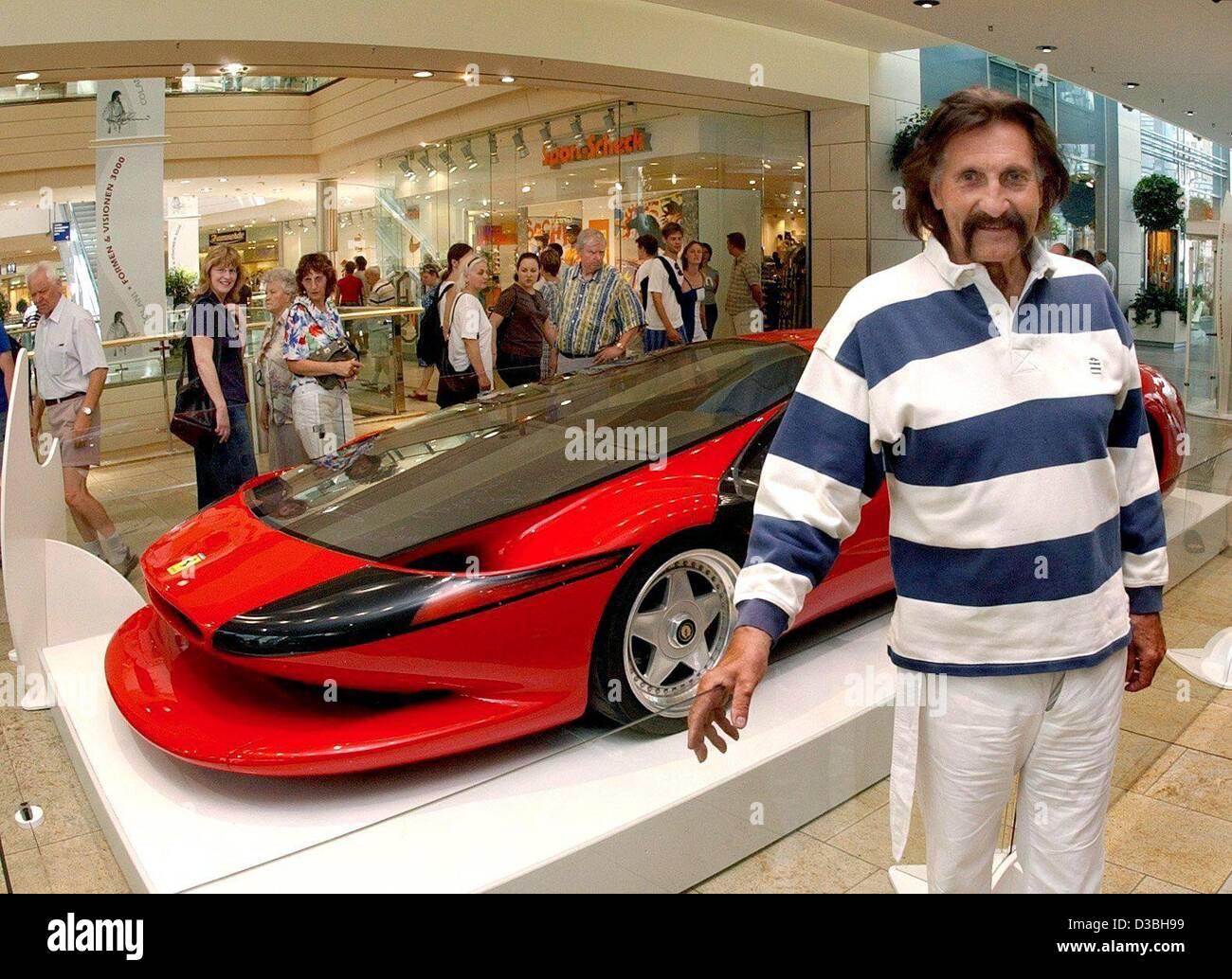 (Dpa) - Diseñador Luigi Colani plantea en la parte delantera de su Ferrari diseño expuesto en la galería Imagen De Stock