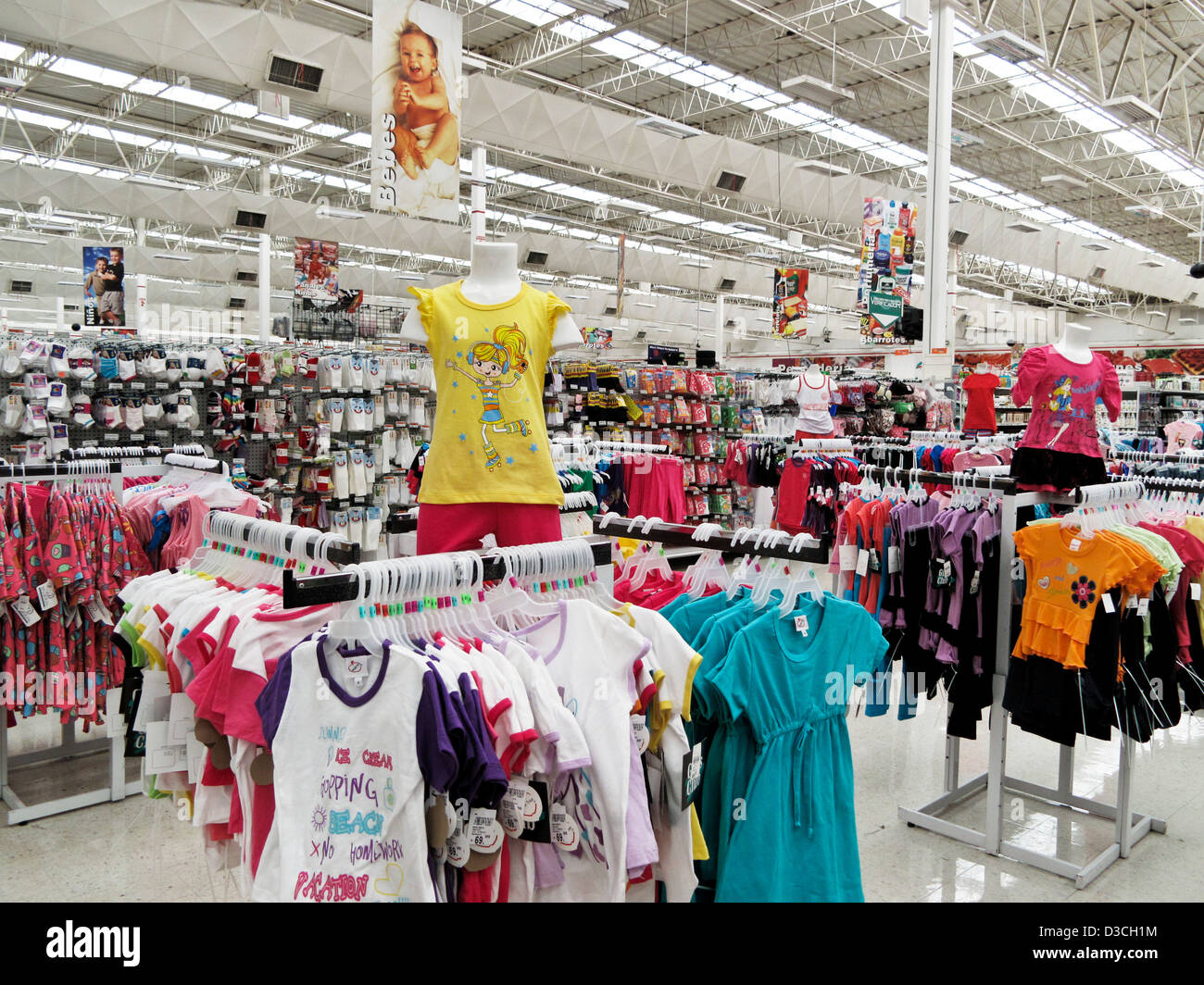 Sección de ropa para niños en el vasto interior Soriana caja grande cadena mexicana suprmarket repleto Imagen De Stock