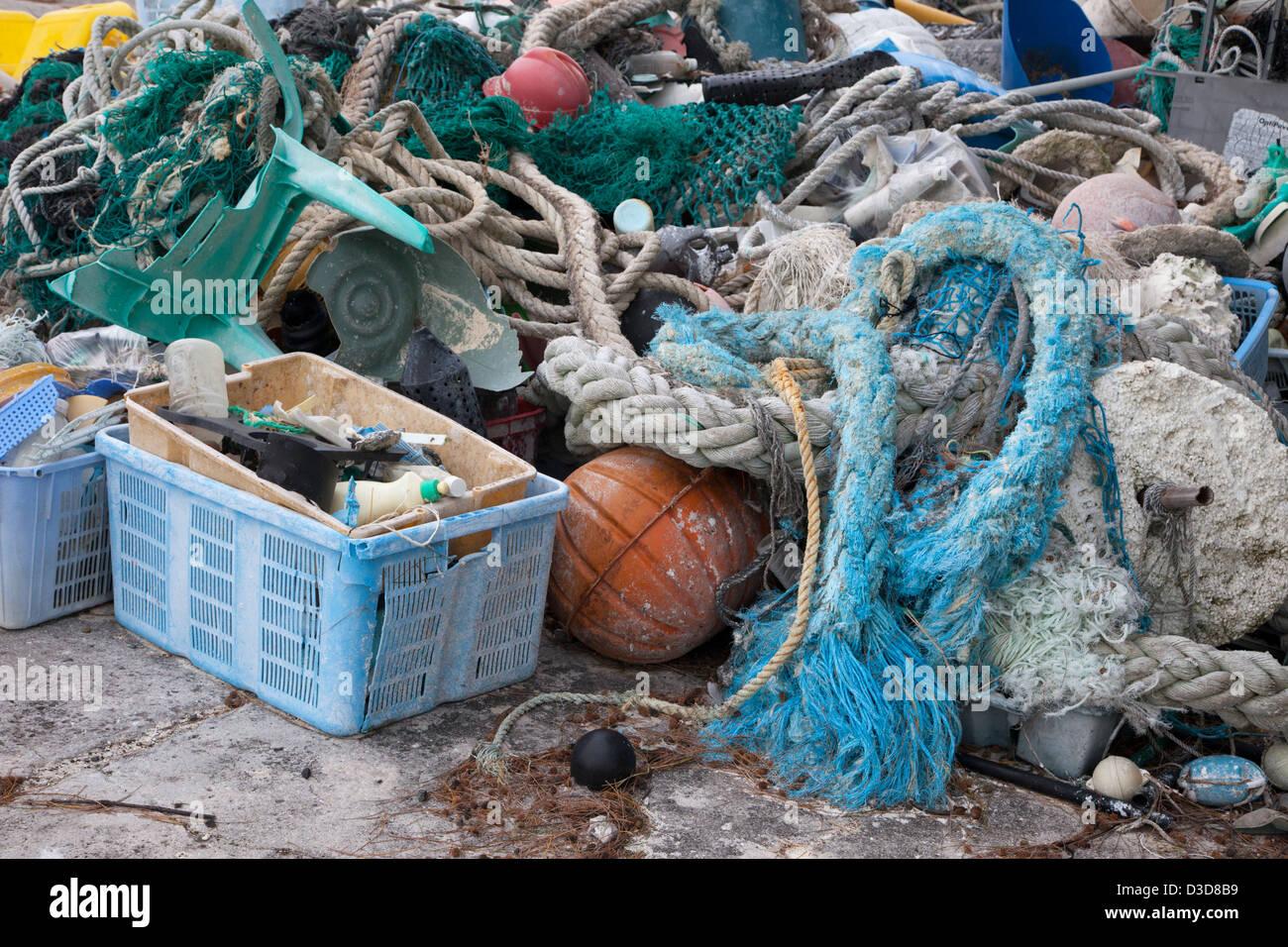 Los desechos marinos trajo al Atolón de Midway por corrientes, a continuación, recogidos para ser enviados fuera de la isla para su reciclado o eliminación Foto de stock