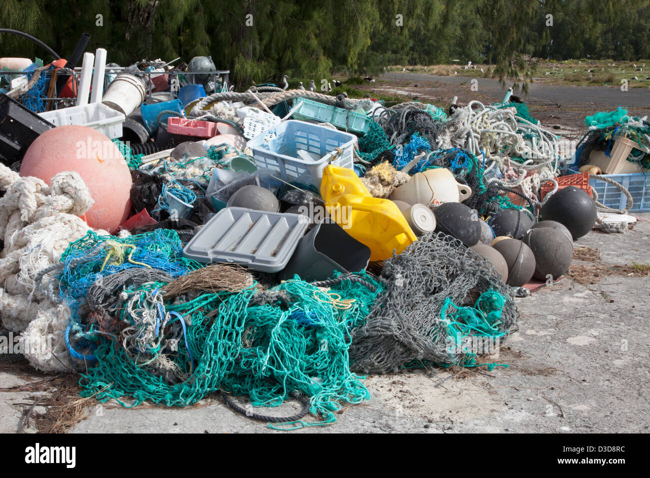 Los desechos marinos trajo al Atolón de Midway por las corrientes oceánicas, a continuación, recogidos para ser enviados fuera de la isla para su reciclado o eliminación Foto de stock