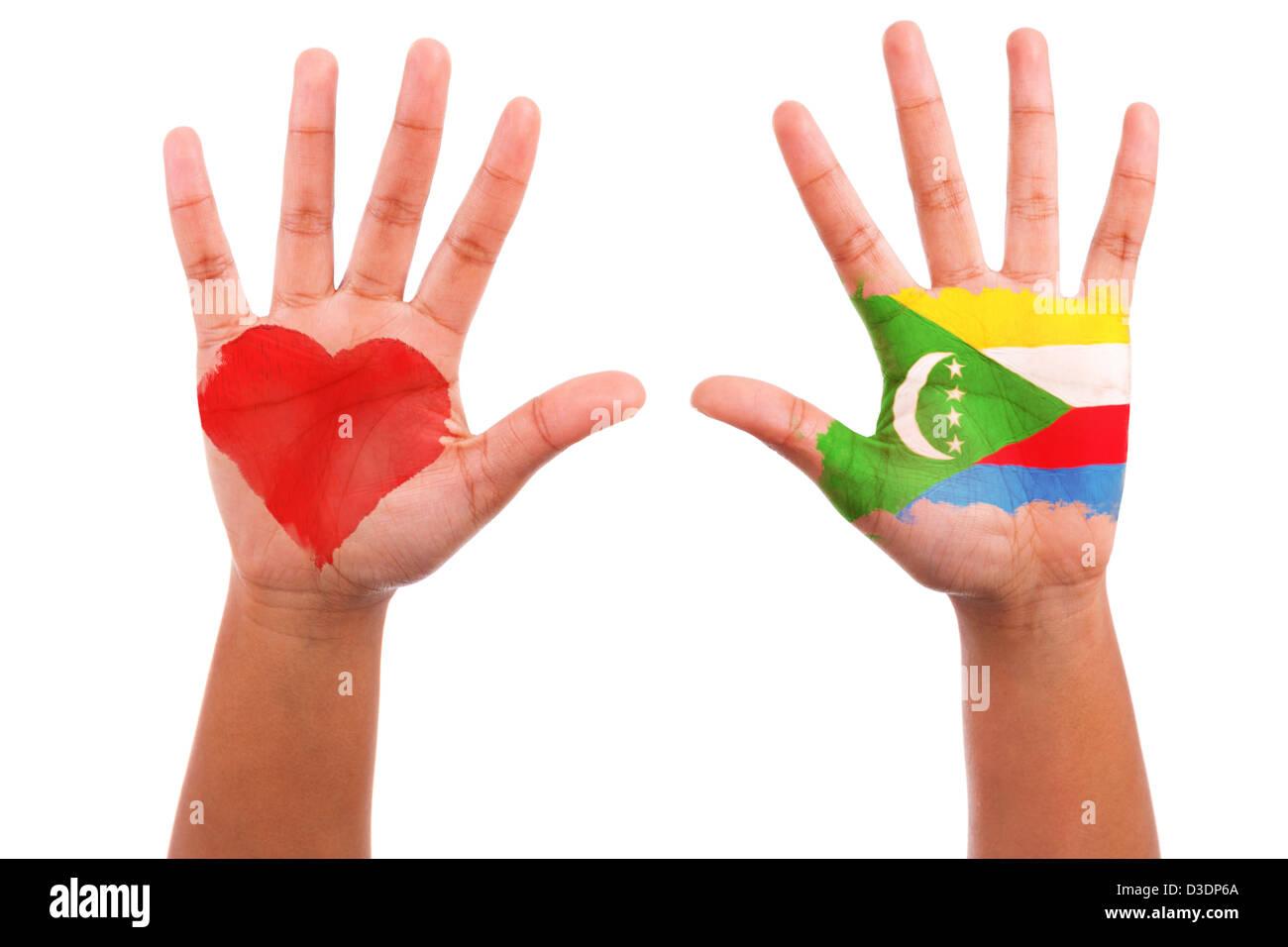Manos africanas con un corazón pintado y la bandera de las Comoras, me encanta el concepto de Comoras, aislado sobre Foto de stock