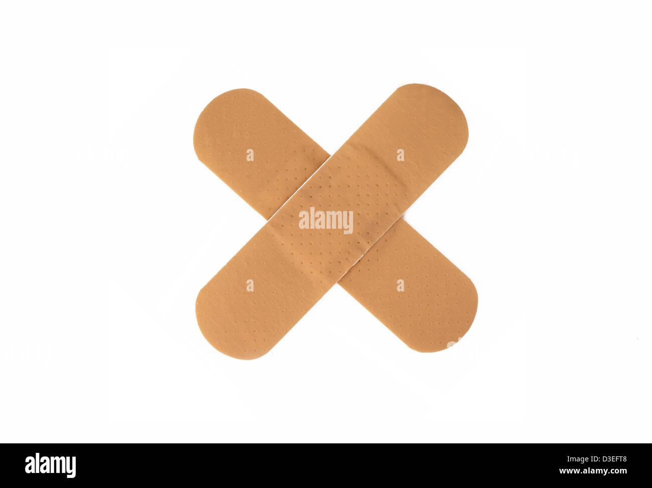 Cruz venda adhesiva aislado sobre fondo blanco. Foto de stock