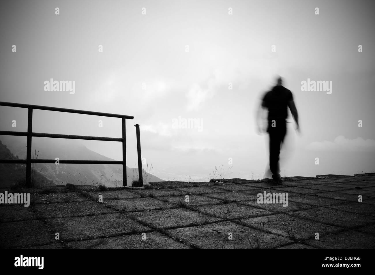 Hombre saltando al vacío Foto de stock