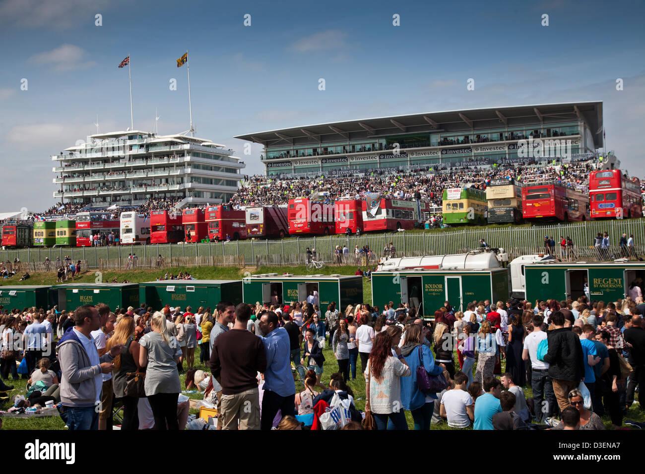 Vista de la tribuna del público receptáculo en Epsom Downs hipódromo sobre el primer día de Imagen De Stock