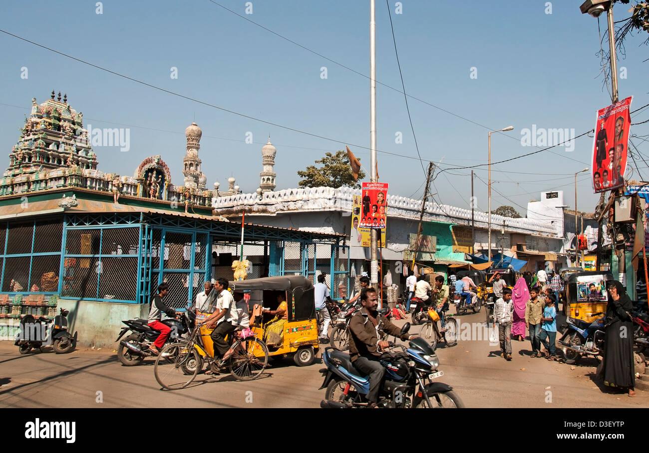 Mezquita Bazaar y el mercado callejero al norte del río Musi Hyderabad India Andhra Pradesh Imagen De Stock