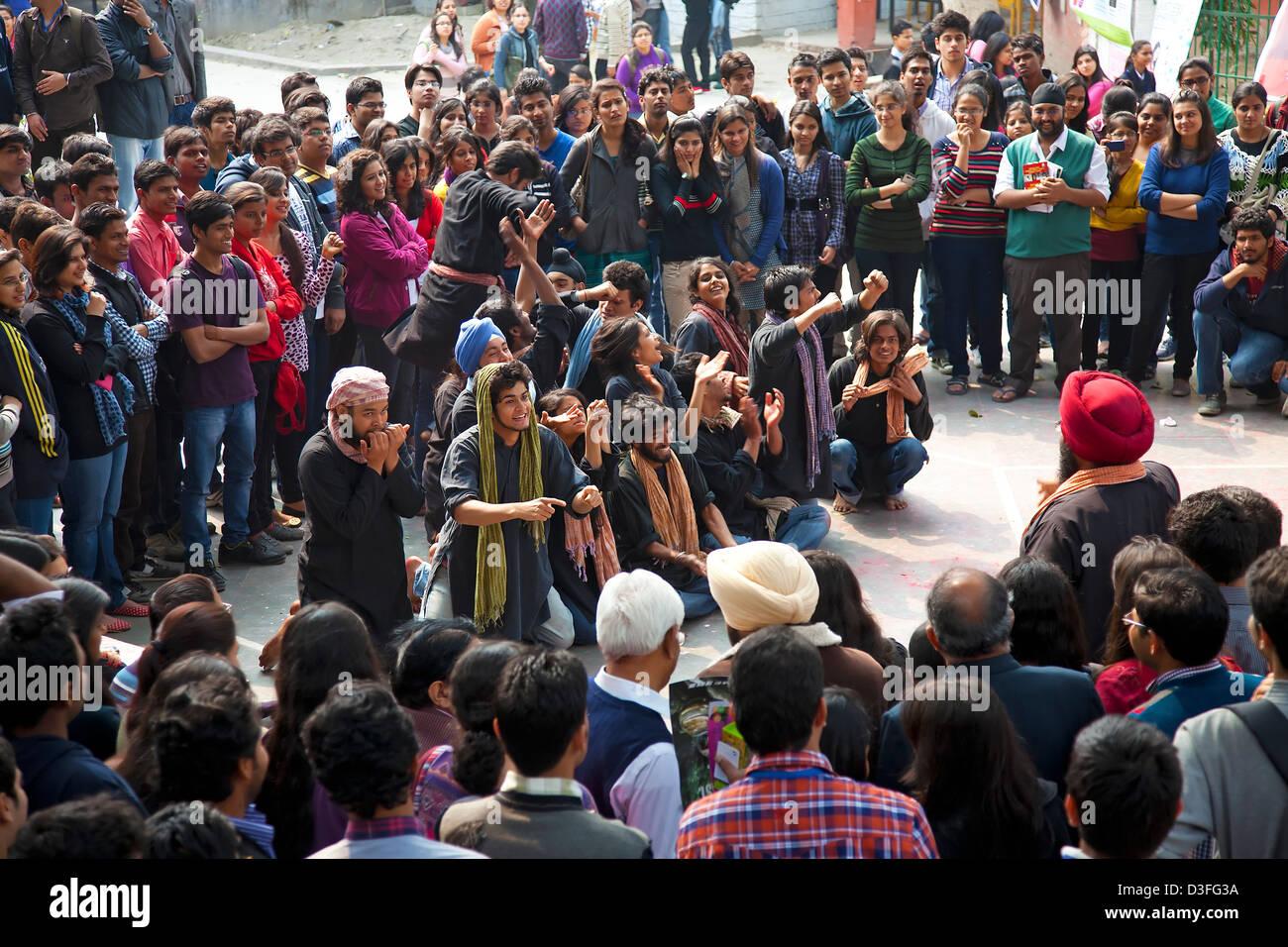 Estudiante universitario,entretenimiento adulto joven,calle,jugar,la cultura juvenil,muchas personas,realizar eventos Imagen De Stock