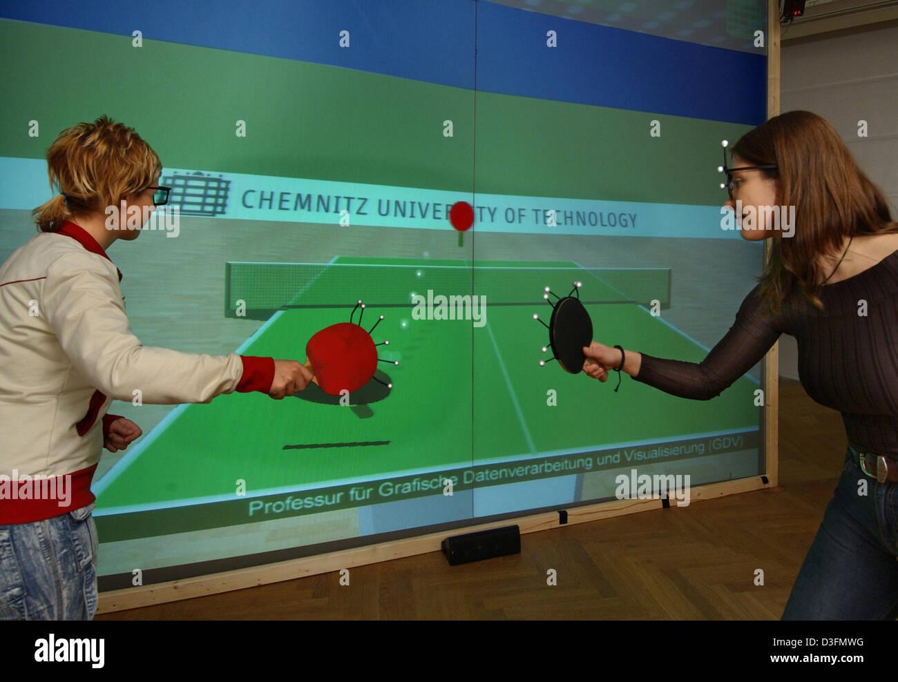 b858001c75 (Dpa) - Dos medios de comunicación estudiantes jugar un partido de tenis de  mesa virtual en la Universidad Técnica de Chemnitz