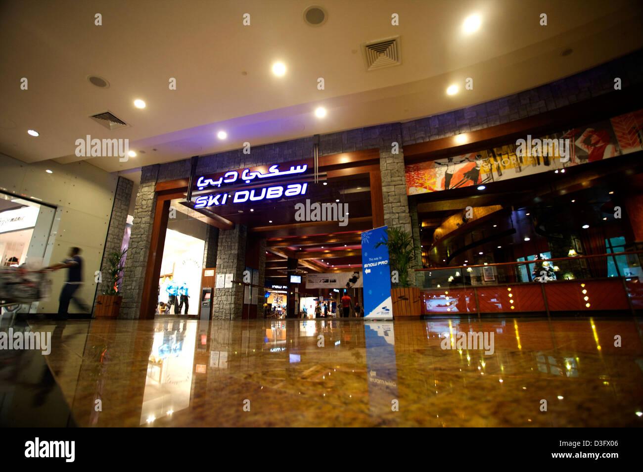 Ski Dubai en el centro comercial de los Emiratos, se puede ir de esquí cubierto mientras hace sus compras en un país eso las temperaturas alcanzan los 40+ Foto de stock