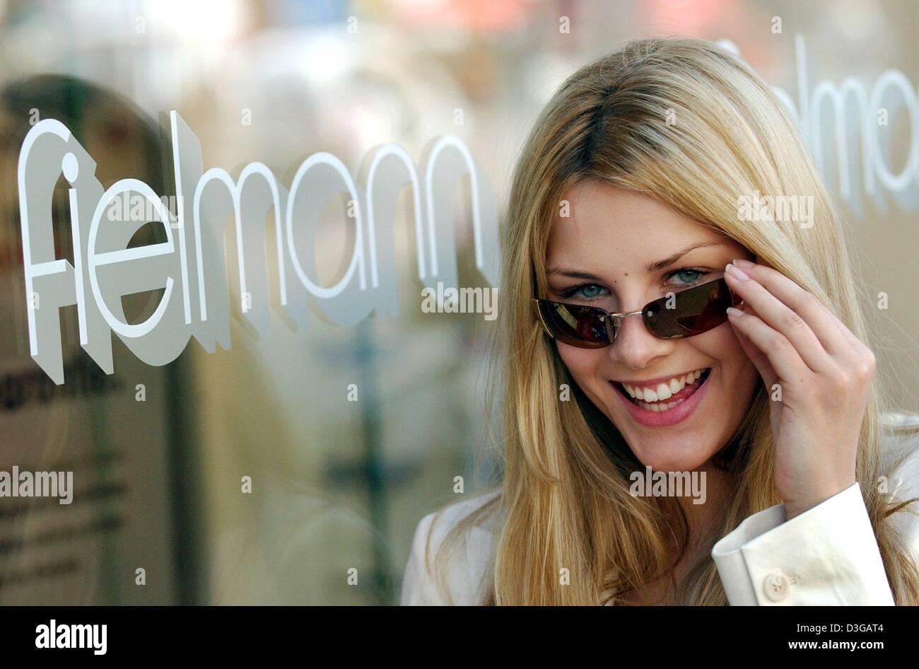 359e30c553 (Dpa) - Modelo Teresa sonríe mientras presenta un par de gafas de sol por  Fielmann AG, con sede en Hamburgo, Alemania, el 28 de abril de 2004.